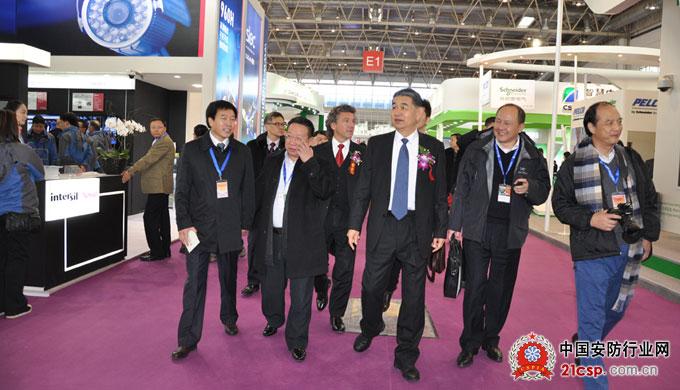 中国安全防范产品行业协会名誉理事长柳晓川等一行领导参观指导安博会